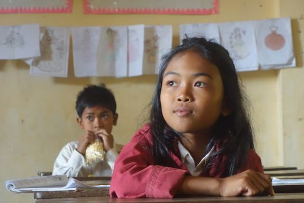 Une jeune ecoliere qui ecoutait sa maitresse dans une école de la campagne de Kep au Cambodge