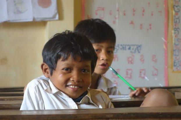 Eleve dans une ecole de Kep au Cambodge. Le sourire des enfants cambodgiens rechauffent les coeurs. Photo Yohann blog https://yoytourdumonde.fr