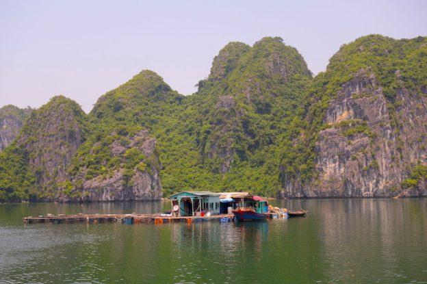 Maison flottante Baie d'Hallong blog tour du monde https://yoytourdumonde.fr