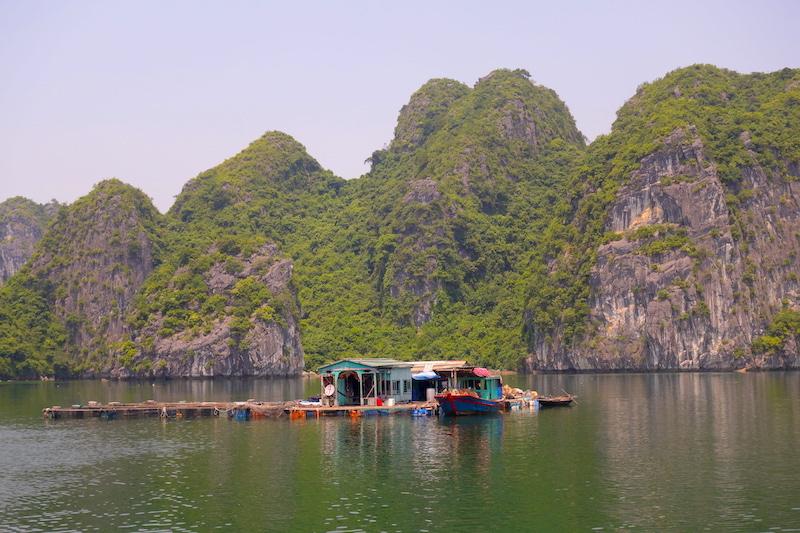 Maison flottante Baie d'Hallong blog tour du monde http://yoytourdumonde.fr
