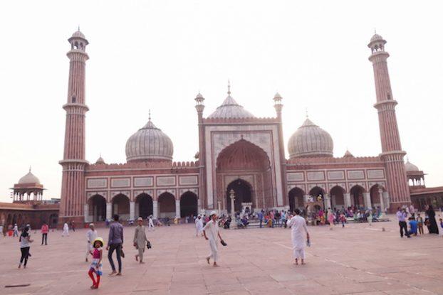 L'architecture et la taille de la Mosquée Jama Masjid merite une visite du coté de New Delhi photo voyage tour du monde inde https://yoytourdumonde.fr