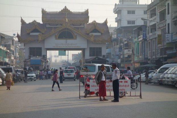 Frontiere terrestre entre birmanie et thailande. Mae sot du cote de la thailande et Myawaddy en Birmanie. blog tour du monde https://yoytourdumonde.fr