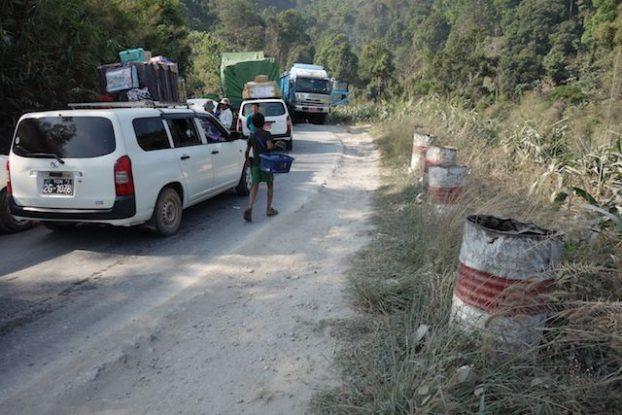 les routes en birmanie sont fait par des locaux etat corrompues photo blog voyage: https://yoytourdumonde.fr