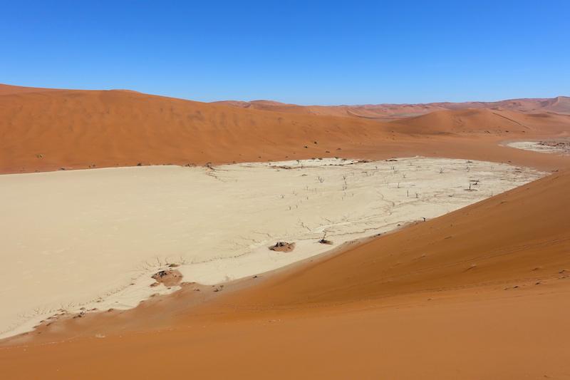 Sossusvlei et Deadvlei sont vraiment deux sites à visiter près de Sesriem en Namibie dans le désert il s'agit de grand salarié avec des arbres pétrifiés photo blog voyage tour du monde travel https://yoytourdumonde.fr