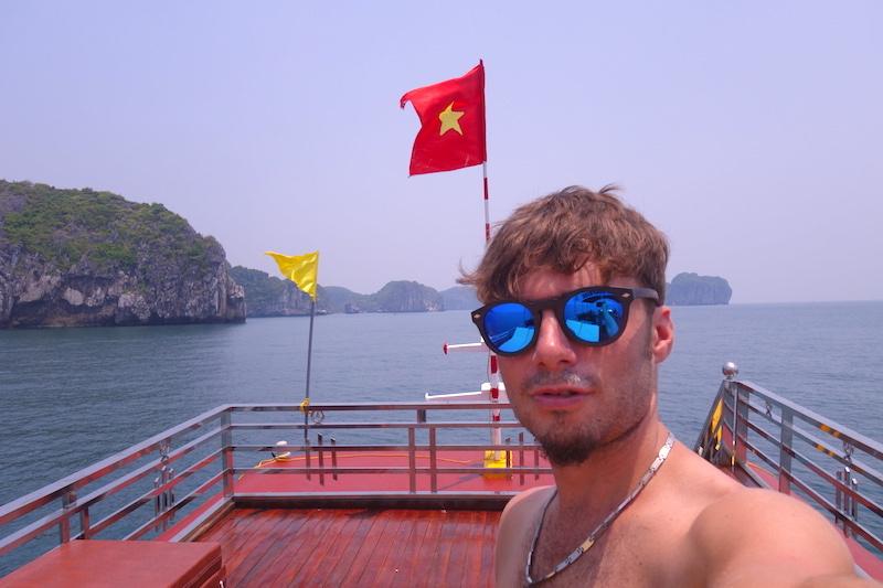 selfie portrait baie d'halong vietnam photo blog voyage tour du monde http://yoytourdumonde.fr