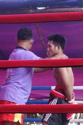 la boxe est un sport tres populaire en birmanie qui permet de gagner un peu d'argent pour les familles. photo blog voyage https://yoytourdumonde.fr
