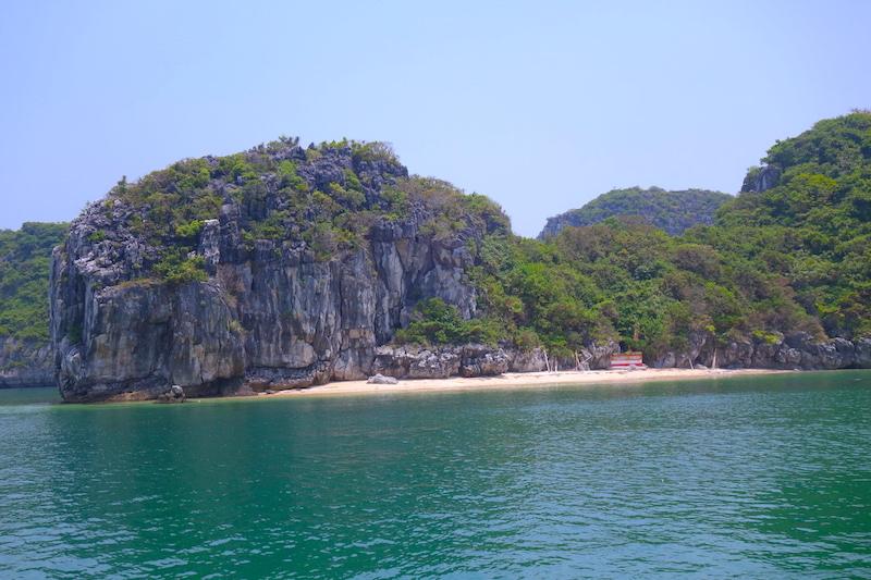 plage baie d'halong vietnam photo blog voyage tour du monde http://yoytourdumonde.fr