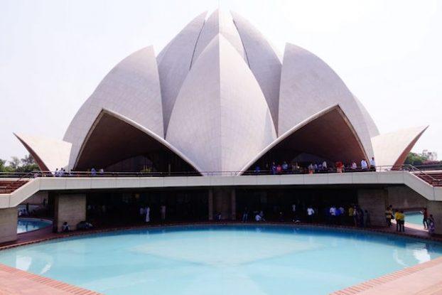 Le Bahai Lotus Temple à New Delhi invite toutes les personnes de toutes les religions à venir prier. Photo blog voyage tour du monde https://yoytourdumonde.fr