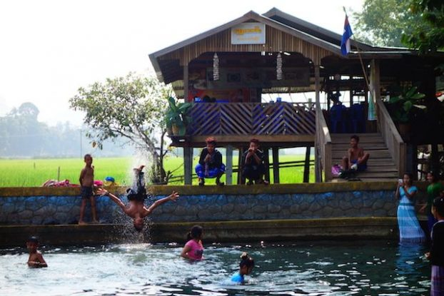 Avant la mousson en Birmanie les locaux vont dans les piscines pres du temple de Kawt Ka Taung photo blog voyage https://yoytourdumonde.fr