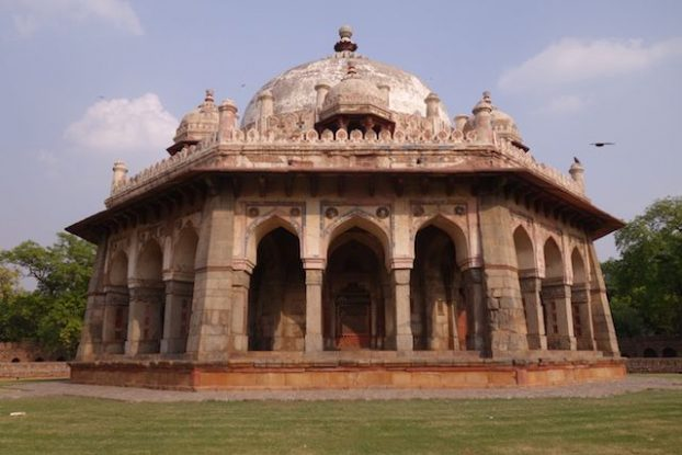 La Tombe de Humayun à New Delhi inscrit au Patrimine Mondiale de l'Unesco abrite de nombreux batiments et de nombreux tombeaux. Photo blog voyage tour du monde inde https://yoytourdumonde.fr