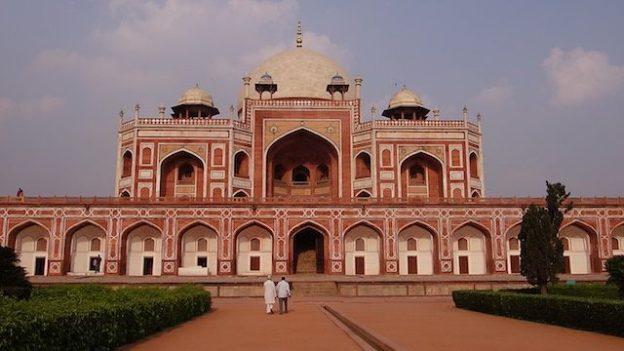 Tombe de Humayun à New Delhi en Inde est un batiment superbe inscrit au Patrimoine Mondiale de l'Unesco photo voyage tour du monde https://yoytourdumonde.fr