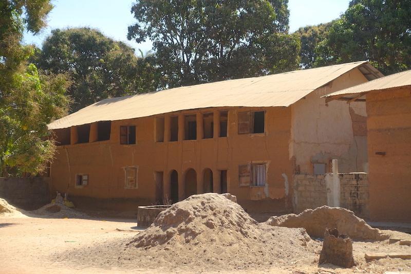 Maison style française du coté de Mlomp au Sénégal en Casamance photo blog voyage tour du monde https://yoytourdumonde.fr