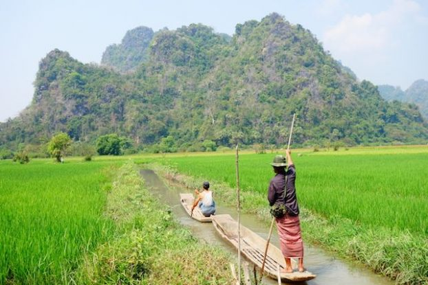 Birmanie: La beauté de la Birmanie peut se voir sur cette photo. Pirogues, rizieres, montagnes...et des couleurs magnfiiques!