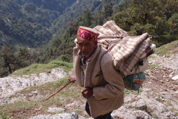 Vous allez pouvoir voir des paysans et des porteurs du coté de Triund Hill en Inde dans les montagnes de l'Himalaya photo voyage tour du monde https://yoytourdumonde.fr