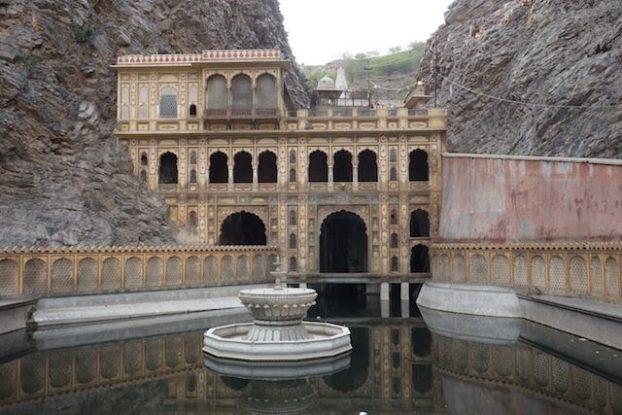 J'ai decouvers l'architecture du rajasthan en visitant ce temple des singes du cote de jaipur en inde photo voyage tour du monde https://yoytourdumonde.fr