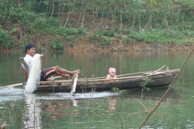 lac-pèche-pagayer-pieds-filet-poissons-vietnam-vulinh-thacba-lac-travel-voyage