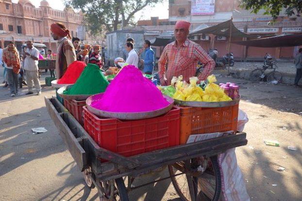 vendeur de couleur pour la fete de holi en inde du cote de jodhpur voyage tour du monde photo blog https://yoytourdumonde.fr