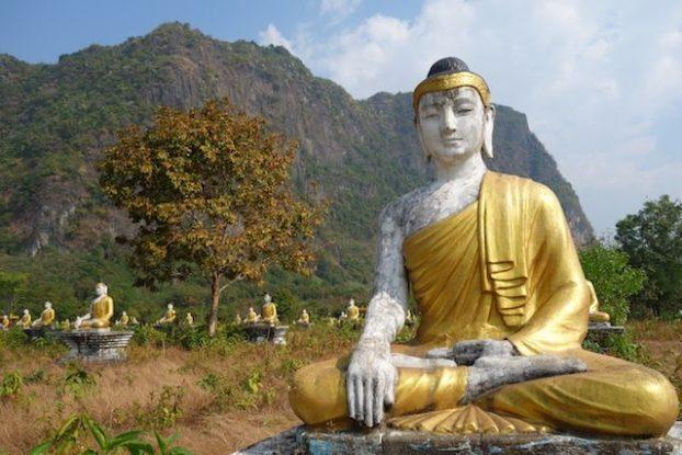 Dans le jardin de Lumbini des centaines de bouddha vous attende en meditation photo blog voyage https://yoytourdumonde.fr