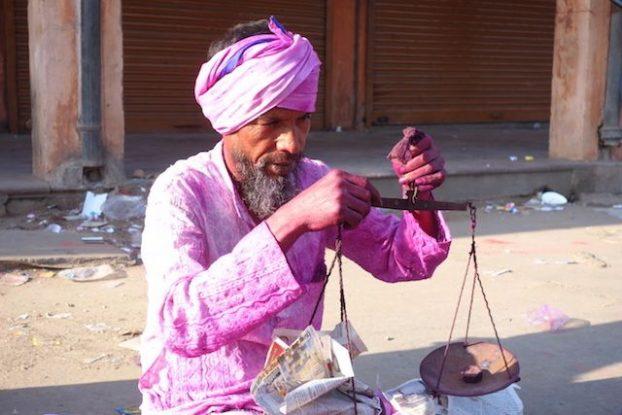 Inde - Jodhpur: Apres 10 minutes de bataille, touristes et commerçants sont deja taché de couleur!