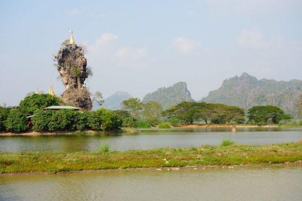 Temple Kyauk Kalap paysages extraordinaire avec temple bouddhiste sur des rochers photos blog voyage https://yoytourdumonde.fr