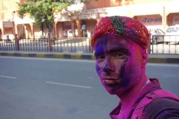 portrait yohann taillandier fete holi en inde du cote de jodhpur photo blog voyage tour du monde https://yoytourdumonde.fr