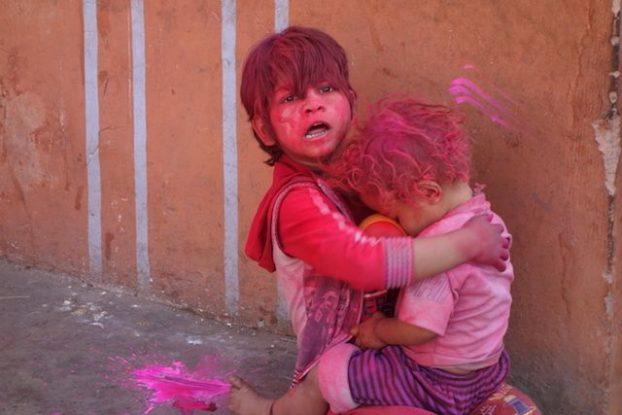 les enfants jouent durant la fête de Holi en Inde du cote de Jodhpur blog photo voyage tour du monde https://yoytourdumonde.fr