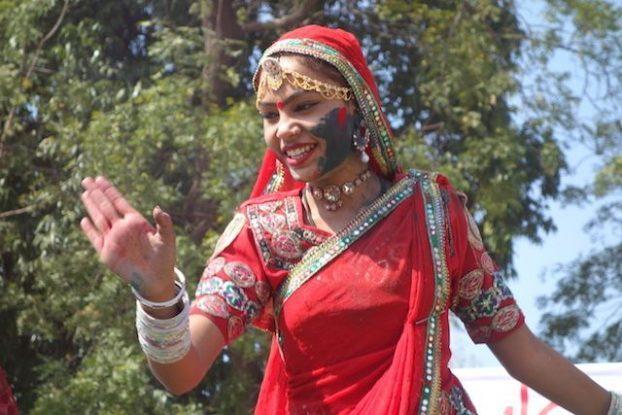 les touristes du coté de jodhpur pendant la fete de holi peuvent voir un festival magnifique avec des vetements indiens des regions et decouvrir la gastronomie indienne phoot blog voyage tour du monde https://yoytourdumonde.fr
