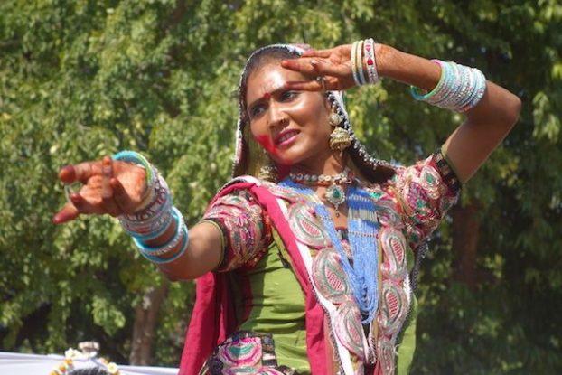 danse indienne durant le festival de Holi organisée par la ville de jodhpur à destination des touristes photos blog voyage tour du monde https://yoytourdumonde.fr