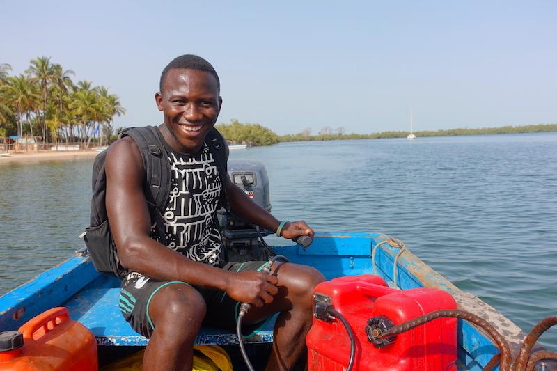 Doudou peut venir vous chercher pour vous amener à Elinkine à l'Ile des Féticheurs là ou il vit en casamance photo blog voyage tour du monde https://yoytourdumonde.fr