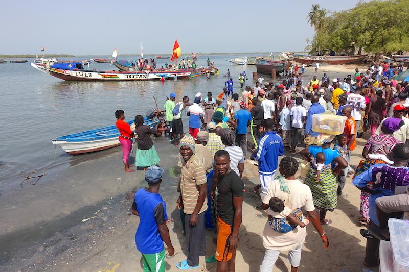 Les habitants d'Elinkine qui attendent l'arrivée des bateaux le matin photo blog voyage tour du monde https://yoytourdumonde.fr
