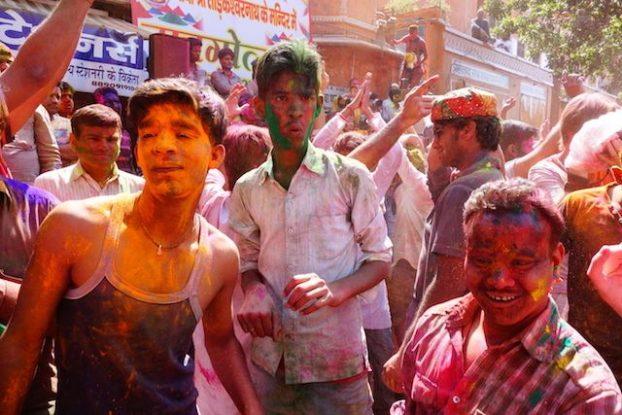 grande fête de coté de jodhpur dans les rues pour la fete des couleurs en inde phoot blog voyage tour du monde https://yoytourdumonde.fr