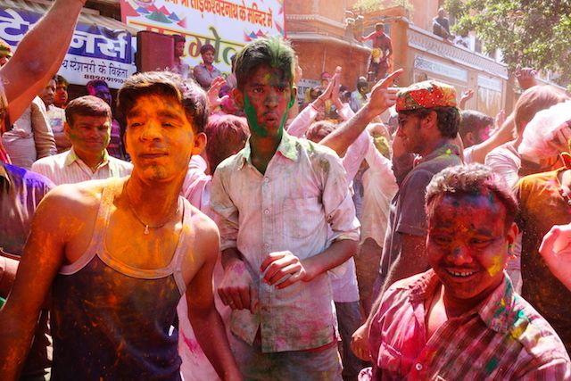 grande fête de coté de jodhpur dans les rues pour la fete des couleurs en inde phoot blog voyage tour du monde http://yoytourdumonde.fr