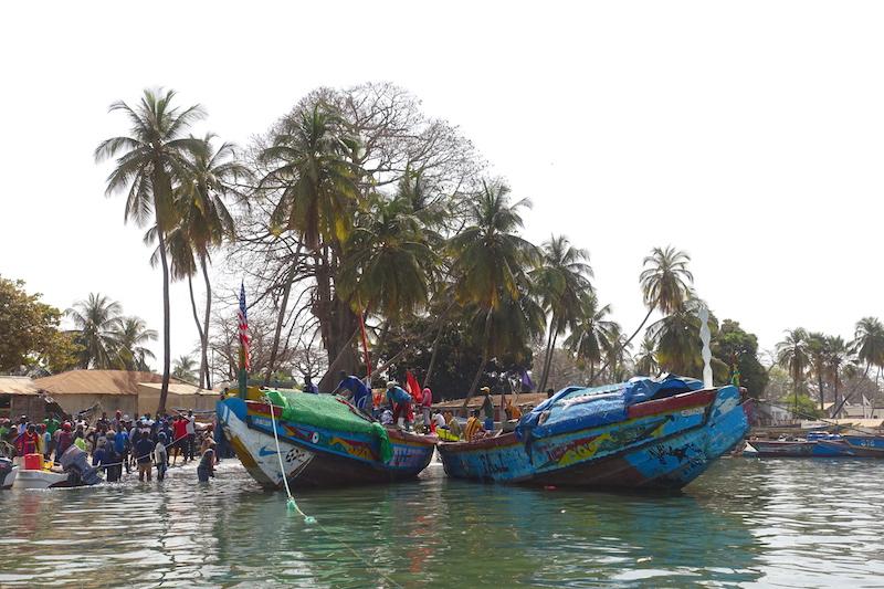 Les superbes bateaux de pêcheurs à Elinkine en Casamance au Sénégal photo blog voyage tour du monde https://yoytourdumonde.fr