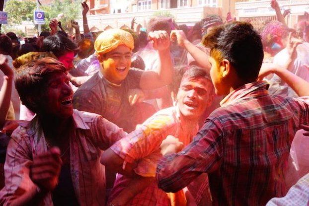 grosse fete de holi ou fete des couleurs dans les rues de l'inde ici a Jodhpur photo blog voyage tour du monde https://yoytourdumonde.fr