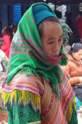Femme issue des minorités ethnique des hautes montagnes au Vietnam sur le marché de Bac Ha