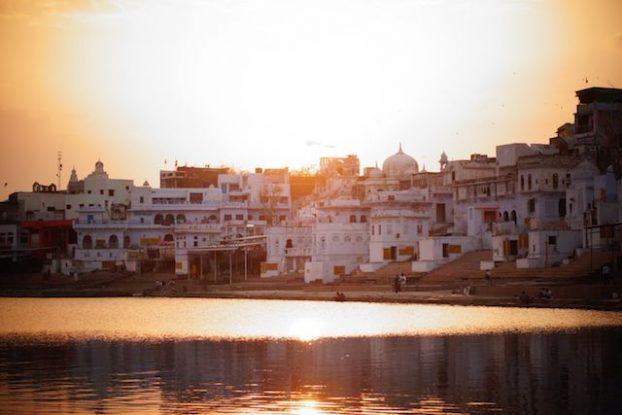 Lorsque le soleil commence a descendre les habitants de Pushkar viennent se purifiés dans le lac sacré de puskar tandis que les touristes viennent admirer le couché du soleil photo blog voyage tour du monde https://yoytourdumonde.fr