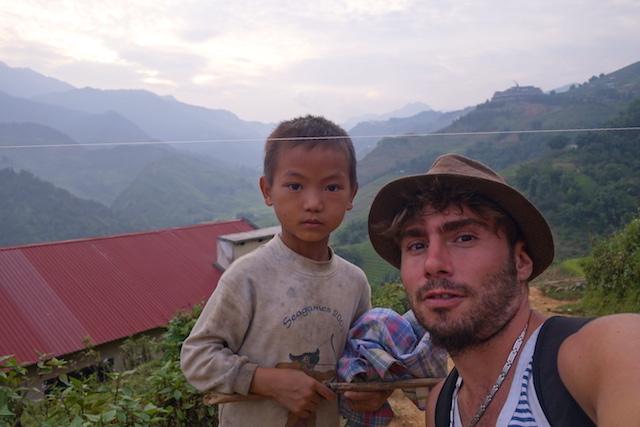 Photo avec un habitant de Sapa photo blog tour du monde http://yoytourdumonde.fr