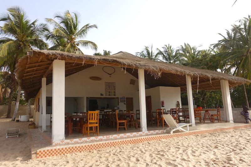 Le restaurant-bar Chez Leon sur l'ile d'Ehidje en Casamance au Sénégal photos blog voyage tour du monde https://yoytourdumonde.fr