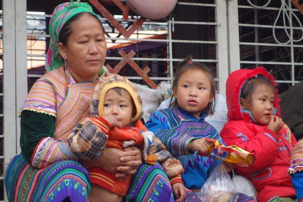 Famille sur le marché de Bah Ha dans le nord du Vietnam
