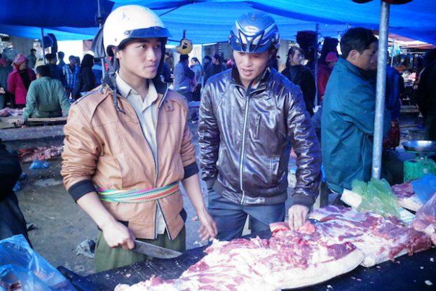 Vente de viande sur le marché de Bac Ha en tenue traditionnelle version...Vietnam Moderne!