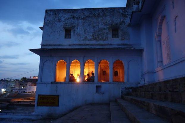 Des fideles prient en hommages aux Dieux du coté de Pushkar dans le nord de l'INde, rajasthan photo blog voyage tour du monde http://yoytourdmonde.fr