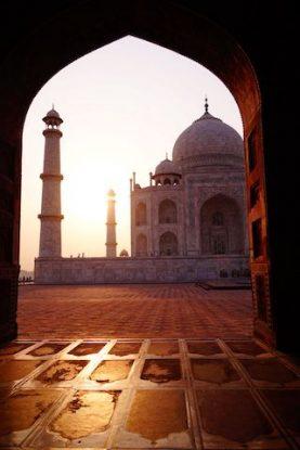 Le Taj Mahal au matin avec jeu de lumiere avec le soleil photo blog voyage inde agra tour du monde https://yoytourdumonde.fr