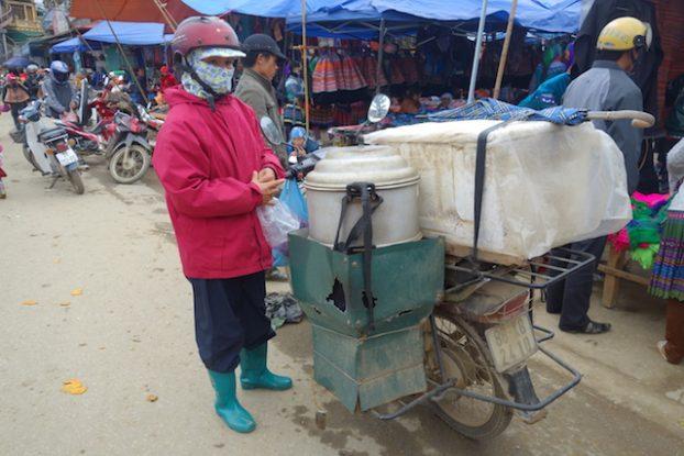 Plats vendus par les locaux à meme le marché de Bac Ha