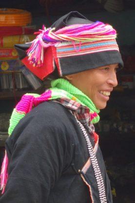 Homme habillé en tenue traditionnnelle sur le marché de Bac Ha au Vietnam
