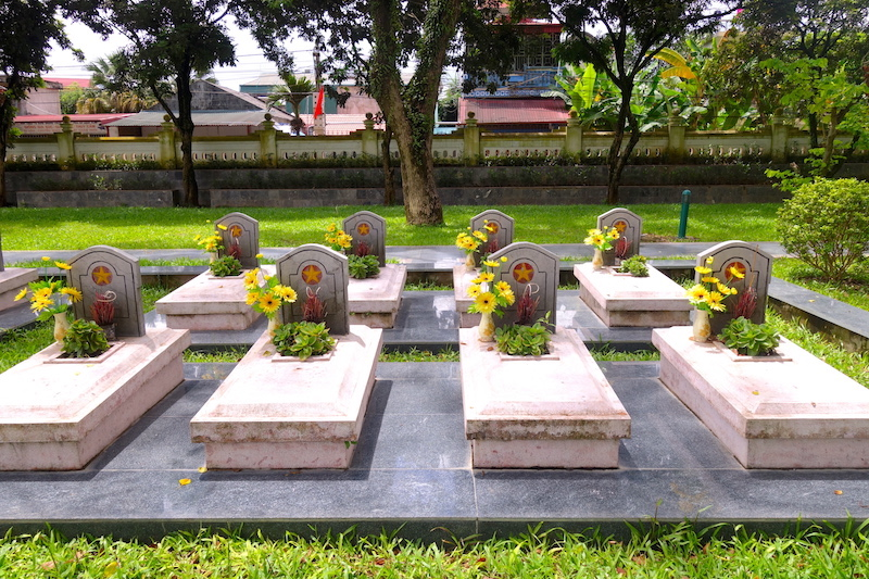 Tombes anonymes soldats vietnamiens Dien Bien Phu photo voyage tour du monde http://yoytourdumonde.fr