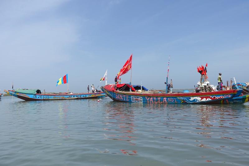 Les superbes bateaux de pecheurs à Elinkine en Casamance au Sénégal photo blog voyage tour du monde https://yoytourdumonde.fr