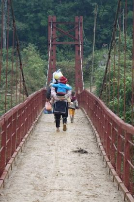 Passage d'un pont par des femmes issues des minortés ethniques dans le nord du Vietnam