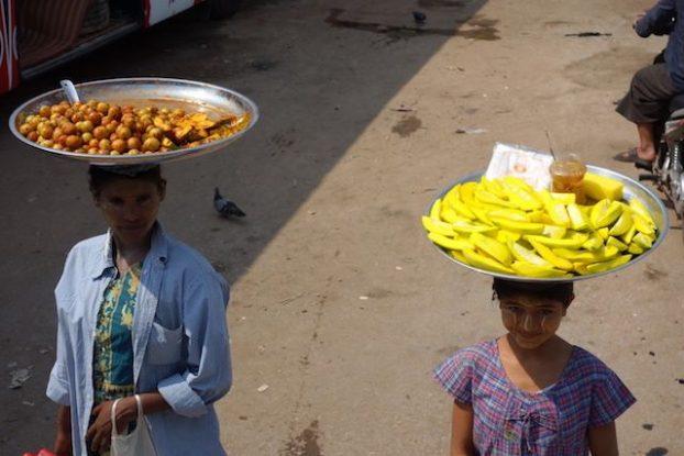 vente de fruits dans les bus et stations de bus en birmanie ou Mawlamyine photo blog voyage tour du monde https://yoytourdumonde.fr