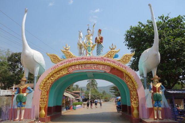 Le parvis ou la porte d'entrée pour découvrir le bouddha le plus grand du monde en Birmanie dans la localité de Mawlamyine photo blog tour du monde https://yoytourdumonde.fr