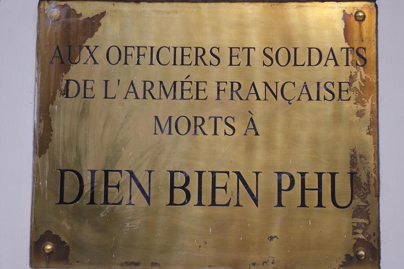 Vietnam: Dien Bien Phu mémorial aux soldats français décédés photo blog tour du monde guerre indochine http://yoytourdumonde.fr